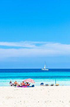 Toeristen bij mooi zandstrand van kust bij toeristenoord Cala Millor, Mallorca van Alex Winter
