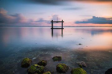 Uitlaat van poldergemaal in de Grevelingen in de provincie Zeeland, Nederland van Jan van der Vlies