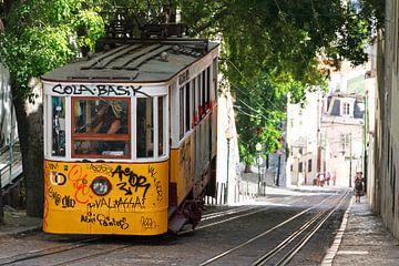 Lissabon straat tram sur Dennis van de Water