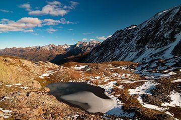 Bevroren bergmeertje op de Nufenenpas - Ticino - Zwitserland van Felina Photography