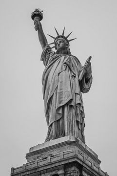 Freiheitsstatue der New Yorker Skyline Schwarz-Weiß von Kiki Multem