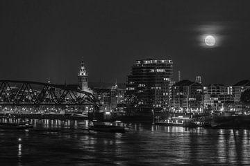 Mond über Nijmegen schwarz-weiß von Henk Kersten