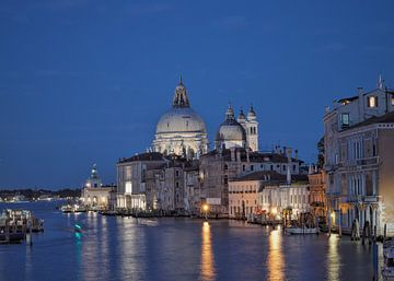 Zicht over Canal Grande Venetië in de avond