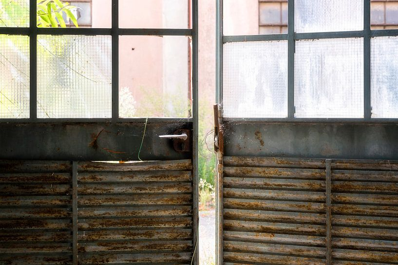 Deuren van een Verlaten Fabriek. van Roman Robroek