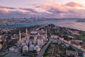 Aya Sofia in Istanbul, Hagia sofia Kerk - Moskee, Turkije bij zonsopkomst over bosporus rivier, Skyl van John Ozguc