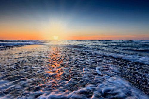 kleurrijke zonsondergang  langs de kust