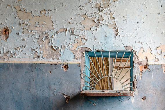 Een loket in een verlaten Postkantoor.