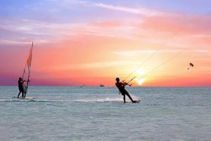 Watersport op de Caribbische zee bij Aruba met zonsondergang
