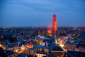 De Domtoren van Utrecht oranje verlicht van