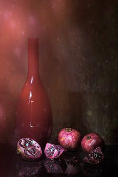 Funkelndes Stilleben in Rot mit Granatäpfeln von Saskia Dingemans