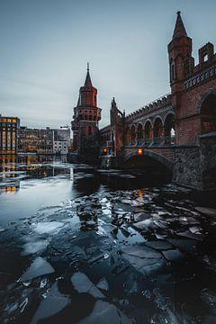 Oberbaumbrücke Berlijn in de winter van Robin Berndt