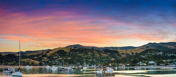 Zonsopkomst boven Akaroa, Nieuw Zeeland van Rietje Bulthuis