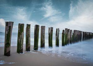 Palen in zee Zoutelande strand Zeeland van Marjolein van Middelkoop