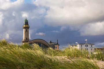 Leuchtturm und Teepott in Warnemünde von Werner Dieterich