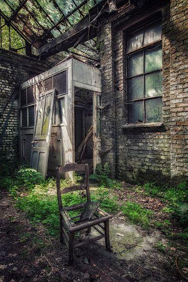 Een oude stoel in een Industriële omgeving van Steven Dijkshoorn