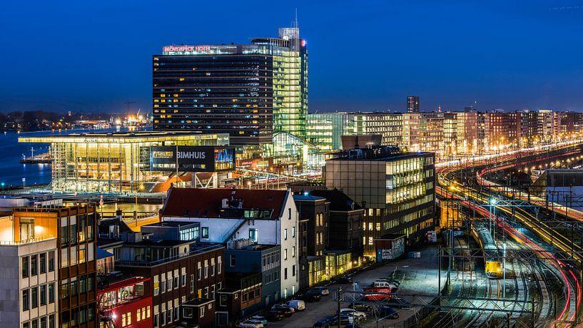 Zicht richting Ruijterkade, Amsterdam met Muziekgebouw aan het IJ van Renzo Gerritsen
