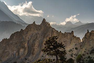 Schroffe Felsen Nepal Sonnenuntergang von Tessa Louwerens