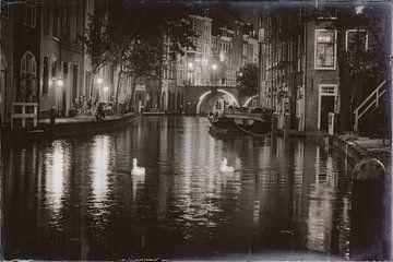 Schwäne in der Oudegracht von Jan van der Knaap