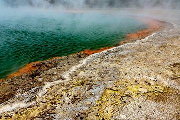 Champagne Pool in Rotorua, Nieuw-Zeeland van Paul van Putten
