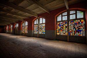 Urbex: Buntglasfenster in einer stillgelegten Kristallfabrik