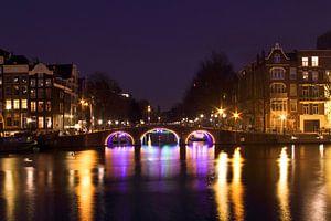 Stadsgezicht in Amsterdam Nederland bij nacht van