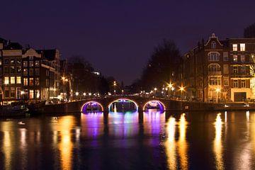 Stadsgezicht in Amsterdam Nederland bij nacht van Nisangha Masselink