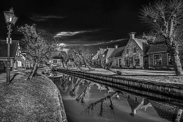 """Ansicht des """"Waltsje"""" im friesischen Dorf Oostermeer in schwarz-weiß von Harrie Muis"""