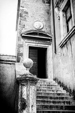 Eine Tür des Castel Sant'Angelo, die Engelsburg, Rom | Schwarz-Weiß-Foto I Reisefotografie von Diana van Neck Photography