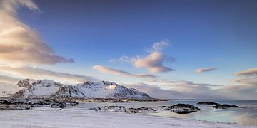 Uitzicht op het eiland Gimsøya in de Lofoten in Noord-Noorwegen tijdens de winter van Sjoerd van der Wal
