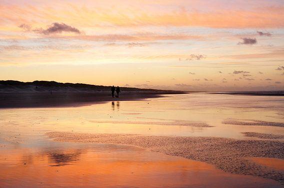 Zonsondergang op het strand aan de Waddenzee op Ameland