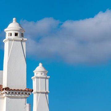 Schoorstenen op Lanzarote, Canarische Eilanden, met een wolk er achter sur Harrie Muis