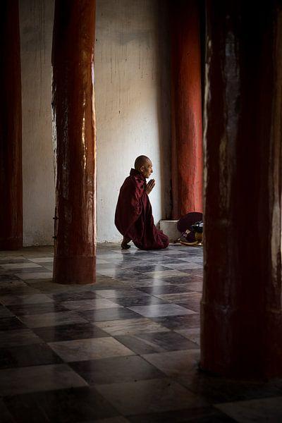 BAGHAN,MYANMAR, DECEMBER 12 2015 - Monnik in gebed in budhistische tempel in Mandelay.  van Wout Kok