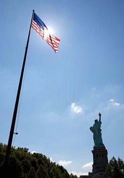 Vrijheidsbeeld met vlag van Gerrit de Heus