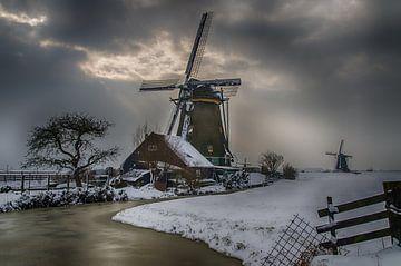 Molens in de winter met grauwe lucht van John Wiersma