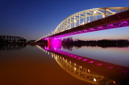 John Frostbrug over de Nederrijn bij Arnhem in de avond