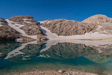 Weerspiegeling bergmeer in Italië van Bianca Kramer