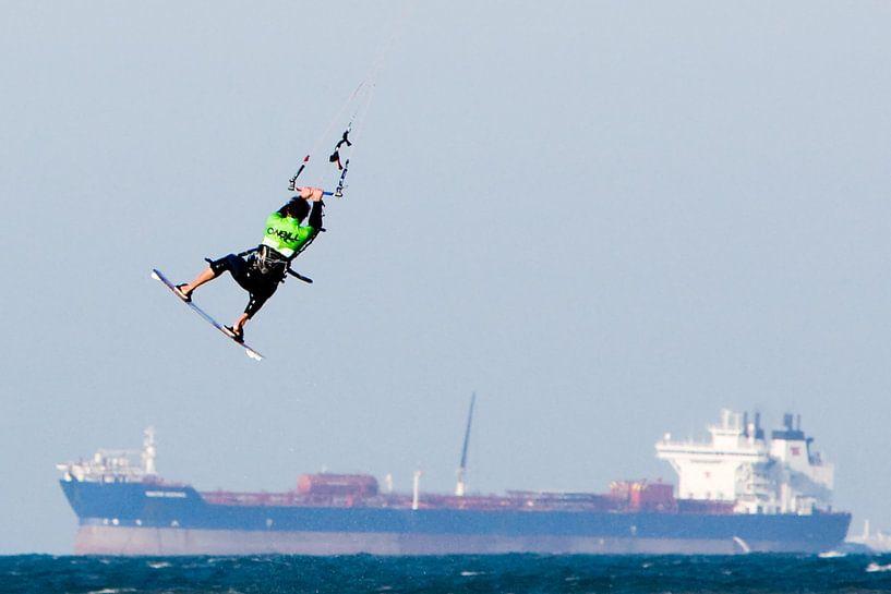 Kitesurfer boven vrachtschip van Fokje Otter