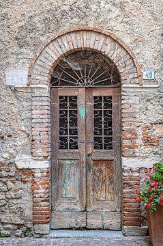 Oude deur in een italiaans dorp van Jefra Creations