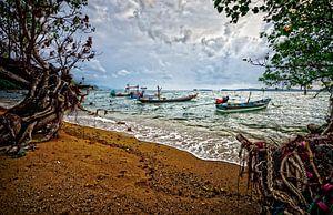 donkere wolken boven vissersbootjes bij het strand van Koh Samui, Thailand van Riekus Reinders