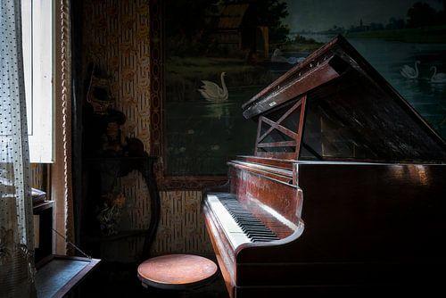 Verlaten Piano in het Donker. van