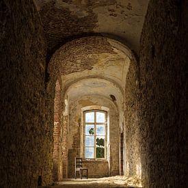 Eenzaam en verlaten stoel in klooster van Iwan Bronkhorst
