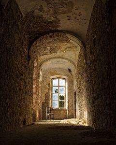 Chaise solitaire et abandonnée dans un monastère sur Iwan Bronkhorst