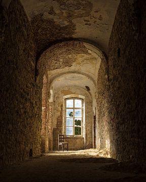 Eenzaam en verlaten stoel in klooster