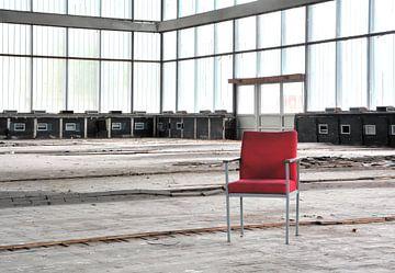Rode stoel in de hyparschale van Heiko Kueverling