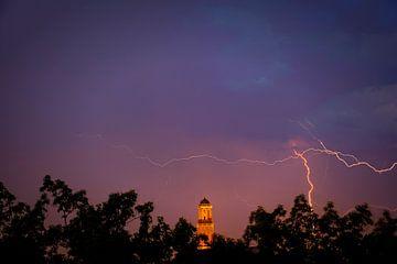 Bliksem in de lucht boven de Peperbus kerktoren in Zwolle van Sjoerd van der Wal