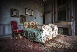 Bett im französischen verlassenen Schloss
