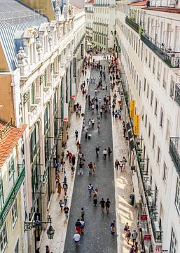 Drukke winkelstraat in Lissabon van Urban Photo Lab