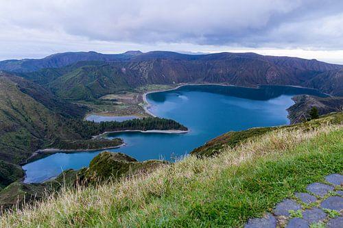 Het groenblauwe kratermeer Lagoa do Fogo op São Miguel, Azoren, Portugal  van