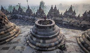 De Borobudur op Java bij zonsopkomst. van Claudio Duarte
