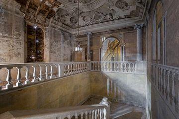 prachtige verlaten trappenhal van Kristof Ven